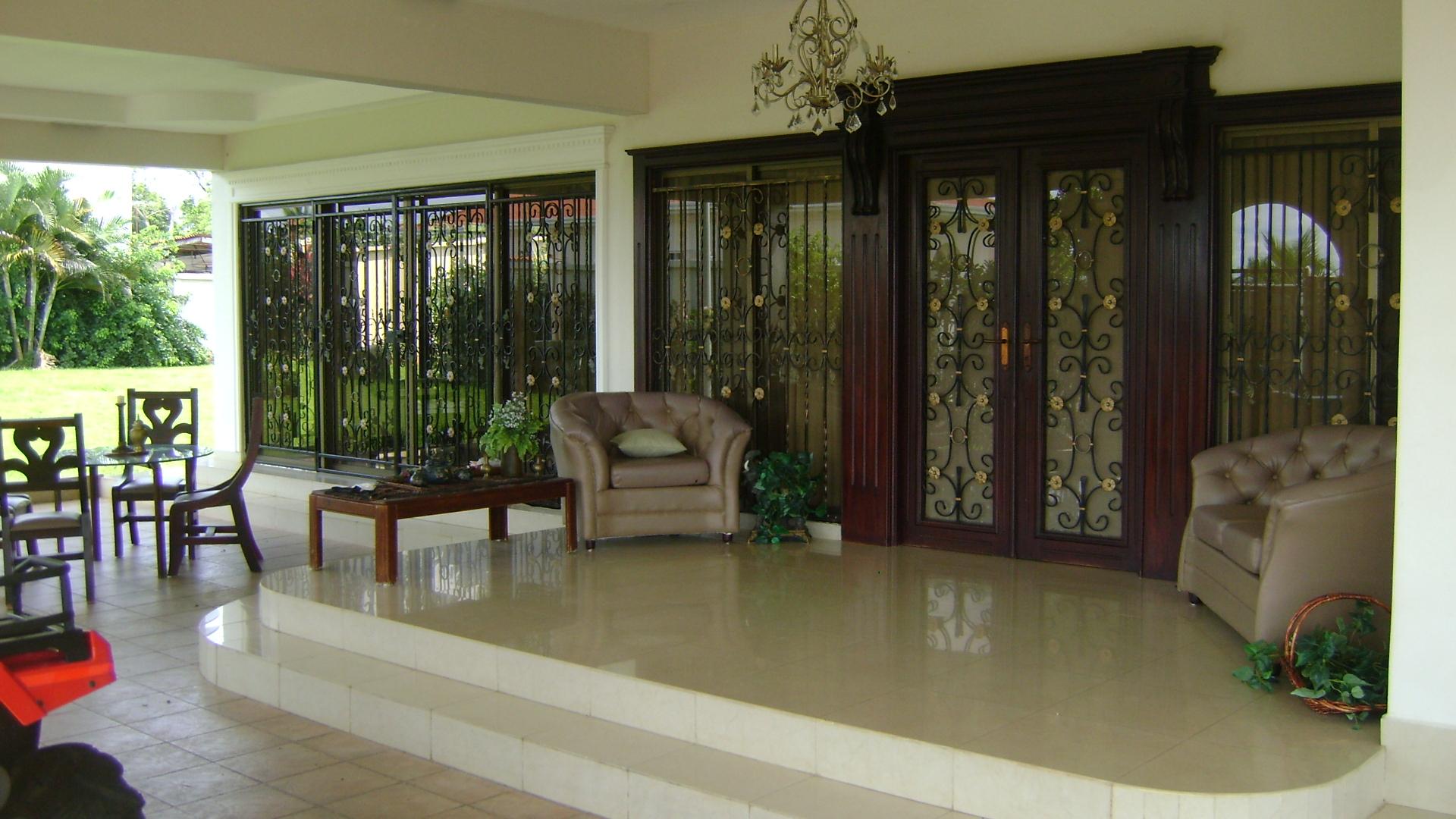 Vendo hermosa casa bien ubicada p1107 inmopanama for Modelo de casa con terraza
