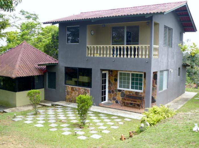 Mira el video de casa con gran lote terraza balcones y for Fachada de casas modernas con balcon