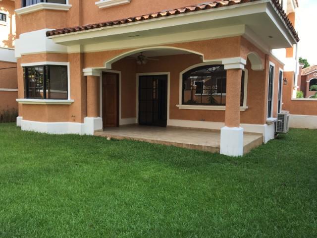Fabulosa casa con finos acabados y hermoso jardin privado for Casa con jardin alquiler