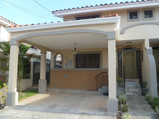 Gran oportunidad comoda casa con jardin privado albrook for Casa con jardin alquiler