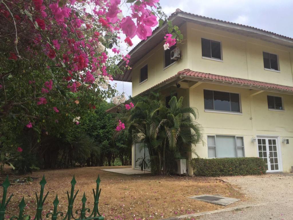 Amplia casa con increible y amplio jardin privado en for Casa con jardin alquiler