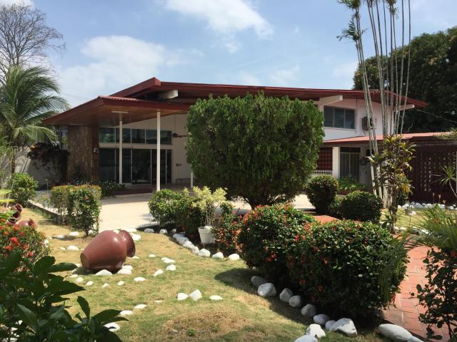 Maravillosa y amplia casa con amplios jardines en coco del for Apartamentos jardines del mar